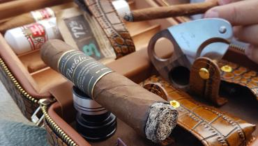 LUXURY TRAVEL HUMIDOR FOR THE CIGAR LOVER